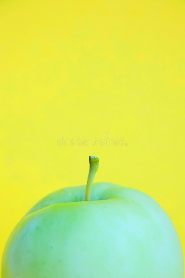 Schablone mit Kopienraum durch Vorderansichtnahaufnahmemakrofoto des frischen grünen Apfels stockbilder