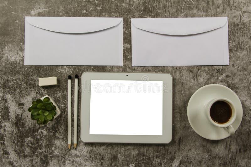 Schablonenspott herauf Schreibtischmodell mit Computertastatur, leerer Umschlag, Notizbuch und Tasse Kaffee der Tablettenzeichnun lizenzfreie stockbilder