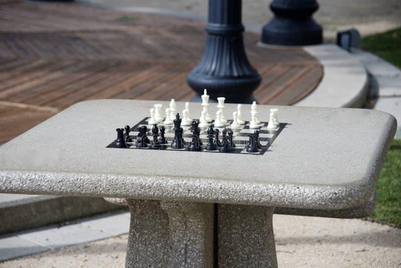 Schach im Park lizenzfreies stockbild