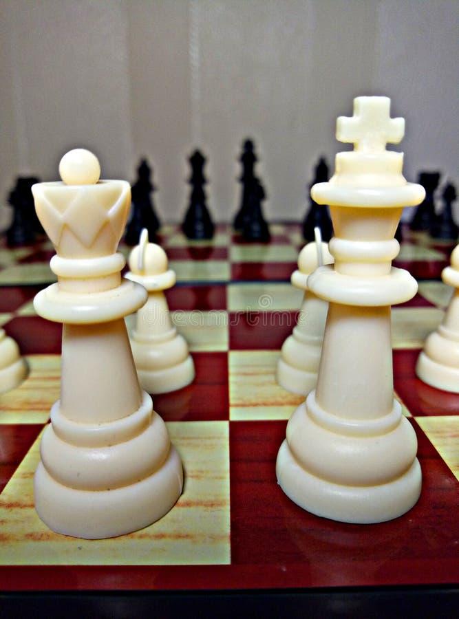 Schach ist ein Tabellenlogikspiel mit speziellen Zahlen auf einem 64 Zellbrett für zwei Rivalen und kombiniert Elemente der Kunst lizenzfreie stockbilder
