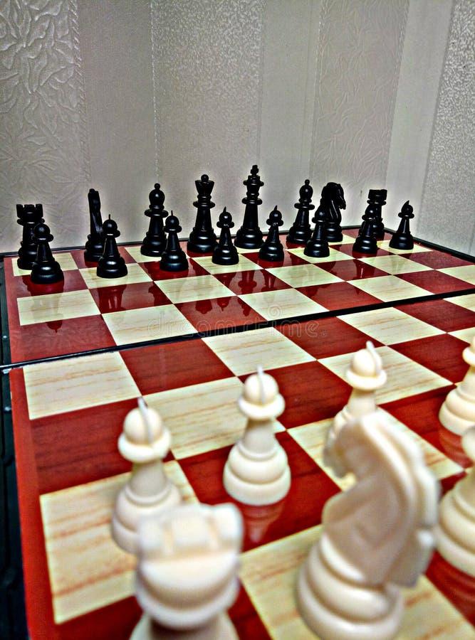 Schach ist ein Tabellenlogikspiel mit speziellen Zahlen auf einem 64 Zellbrett für zwei Rivalen und kombiniert Elemente der Kunst stockfotos