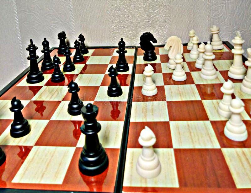 Schach ist ein Tabellenlogikspiel mit speziellen Zahlen auf einem 64 Zellbrett für zwei Rivalen und kombiniert Elemente der Kunst stockbilder