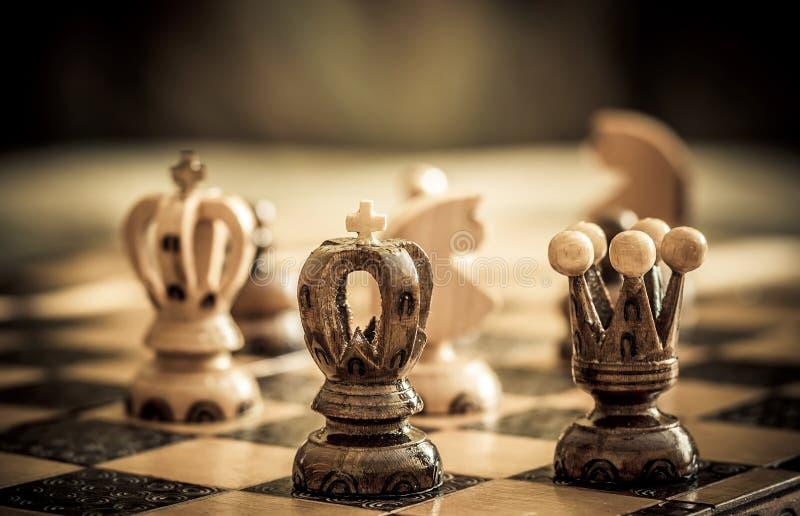 Schach mit Fokus zum schwarzen König in der Frontseite lizenzfreies stockfoto