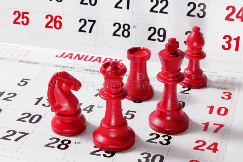 Schach-Stücke auf Kalender lizenzfreie stockfotografie