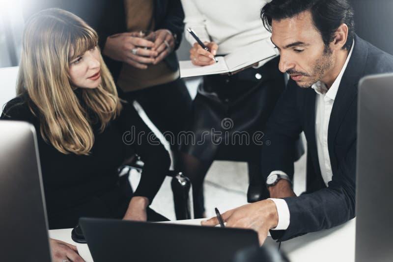Schach stellt Bischöfe dar Geschäftsteam, das Gespräch am Konferenzzimmer im lightful Büro macht horizontal Unscharfer Hintergrun stockfoto
