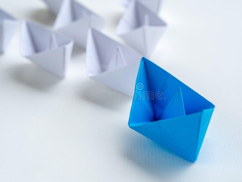 Schach stellt Bischöfe dar Schiffsführung des blauen Papiers unter Weiß Ein Führer lizenzfreie stockbilder