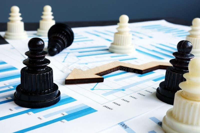 Schach und Geschäftsberichte mit Finanzdiagrammen Strategie- und Risikomanagement stockfoto