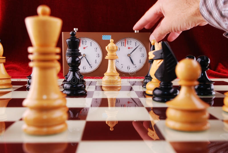 Schach und Hand stockbilder
