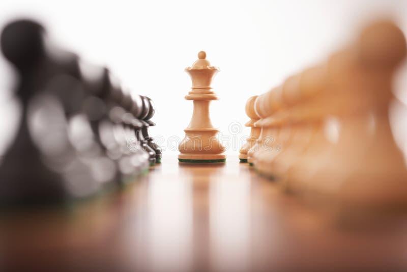 Schach zwei Reihen der Pfandgegenstände mit weißem König zentrieren stockfoto