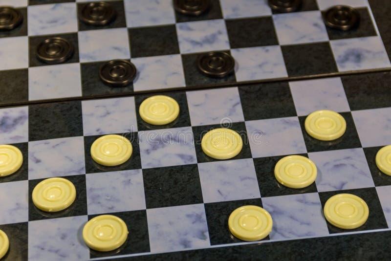 Schachbrett mit Kontrolleuren Abstrakte Abbildung 3d Ein altes Spiel stockbilder