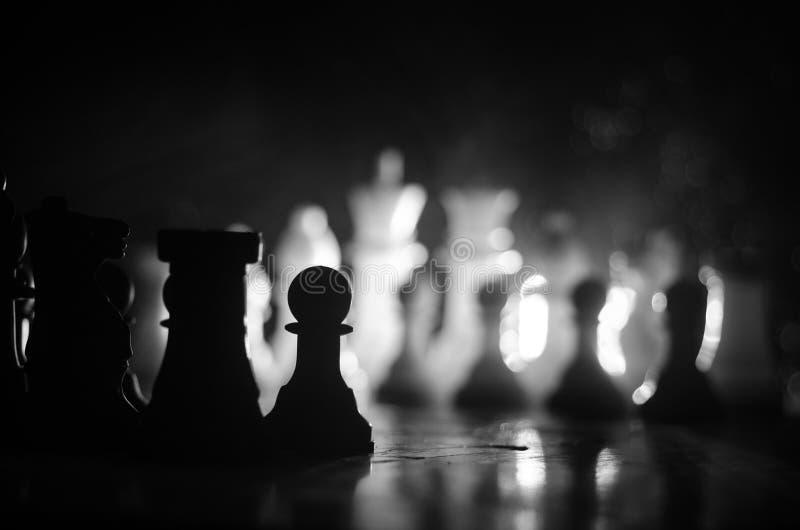 SchachBrettspielkonzept von Geschäftsideen und Wettbewerbs- und Strategieideen concep Schach stellt auf einem dunklen Hintergrund lizenzfreies stockbild
