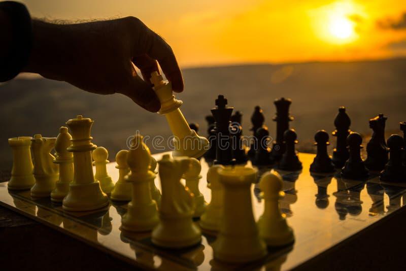 SchachBrettspielkonzept von Geschäftsideen und von Wettbewerbs- und Strategieideen Schach stellt auf einem backgr Sonnenuntergang lizenzfreies stockbild