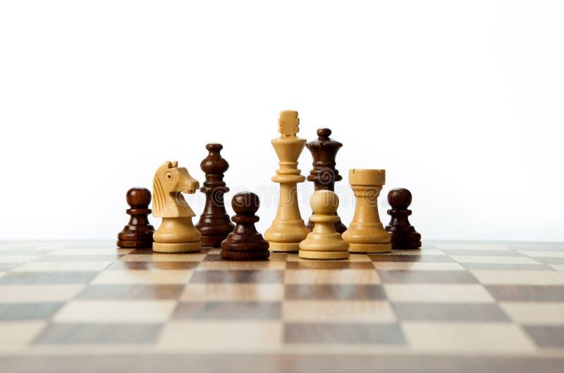 Schachfiguren auf dem Brett stockfotos