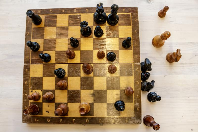 Schachfiguren auf dem Schachbrett stockbild