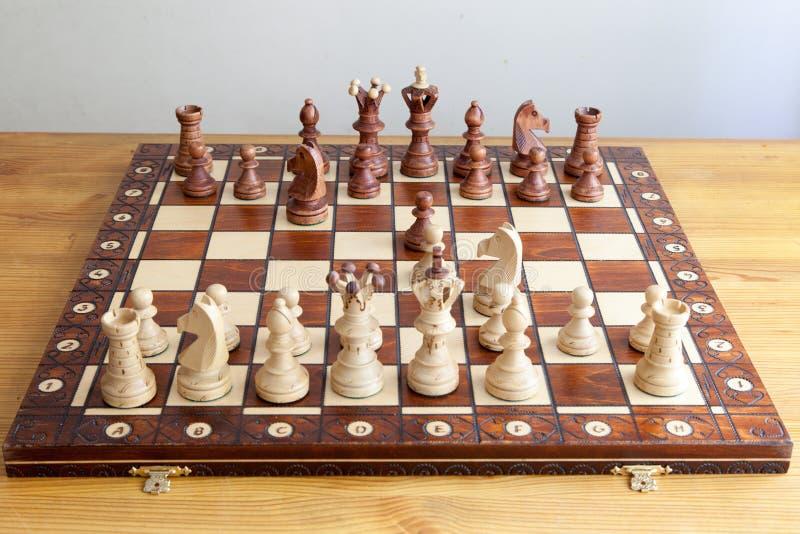 Schachfiguren auf Schachbrett stockfoto