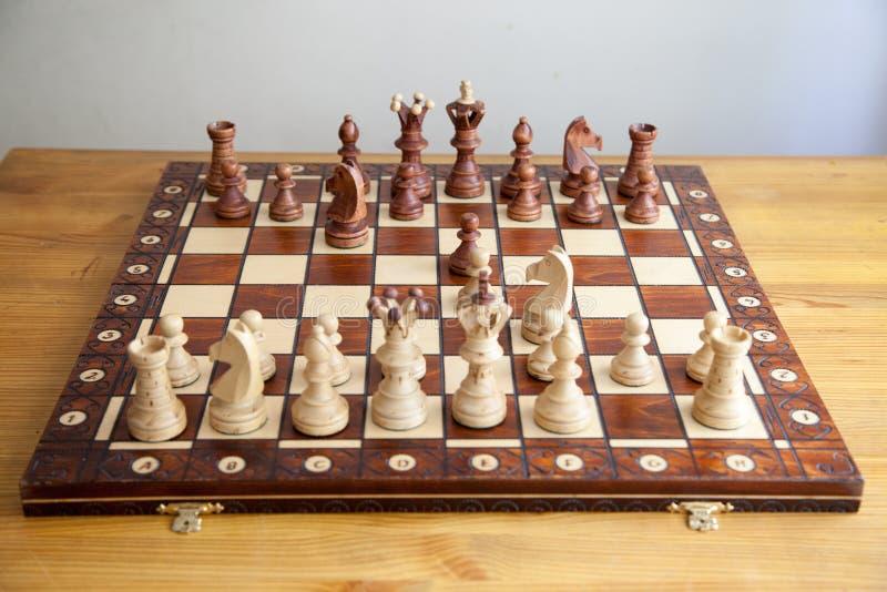 Schachfiguren auf Schachbrett stockbild