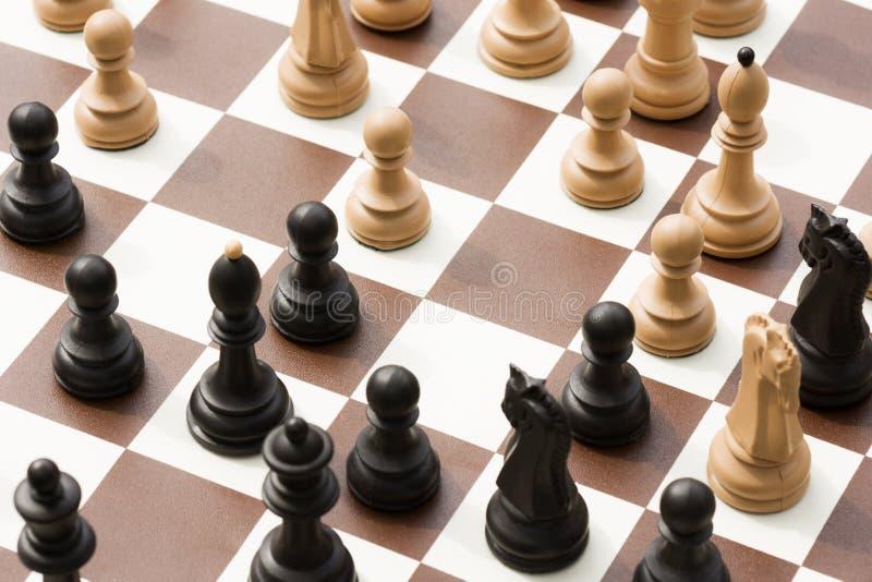 Schachfiguren auf Schachbrett stockfotos