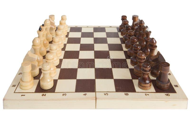 Schachfiguren werden auf ein Schachbrett gesetzt stockfotografie