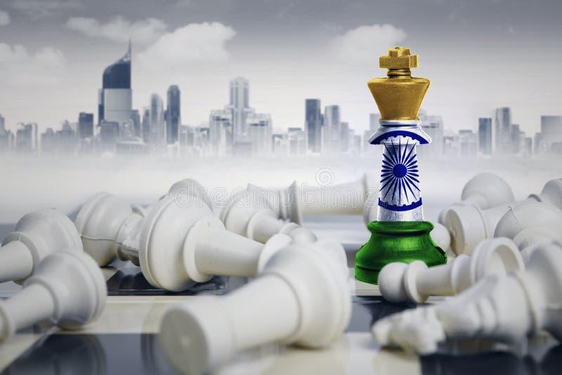 Schachkönig mit Indien-Flagge, die Rivalen besiegt lizenzfreie stockbilder