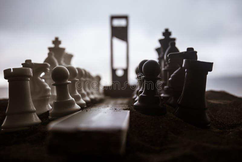 Schachkonzept von Gesch?fts- und Strategieideen Leere Stra?e mit riesigen Schach Zahlen und Guillotine Weg zur Durchf?hrung gesta stockfoto