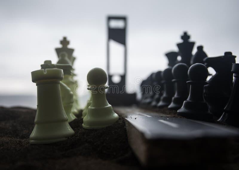Schachkonzept von Gesch?fts- und Strategieideen Leere Stra?e mit riesigen Schach Zahlen und Guillotine Weg zur Durchf?hrung gesta lizenzfreie stockfotos