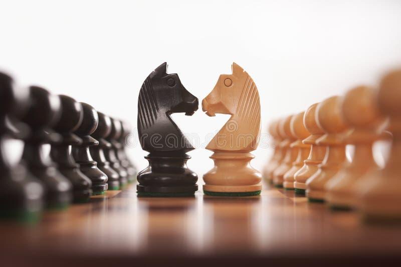 Schachreihen der Pfandgegenstände mit Ritter stockfotografie