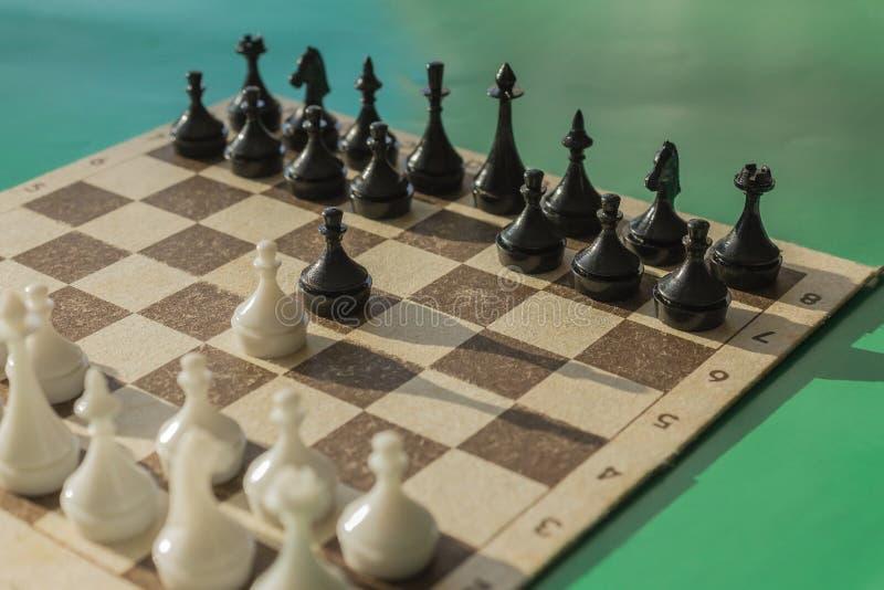 Schachspiel, der klassische Anfang stockfoto