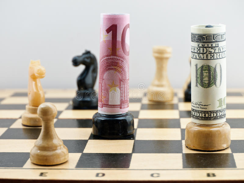 Schachspiel mit Geld lizenzfreie stockbilder