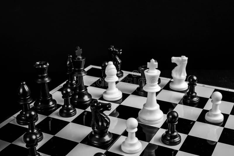 Schachspiele sind so beliebt bei der Vorbereitung der Strategie jedes Spielers, das Spiel zu gewinnen stockbild