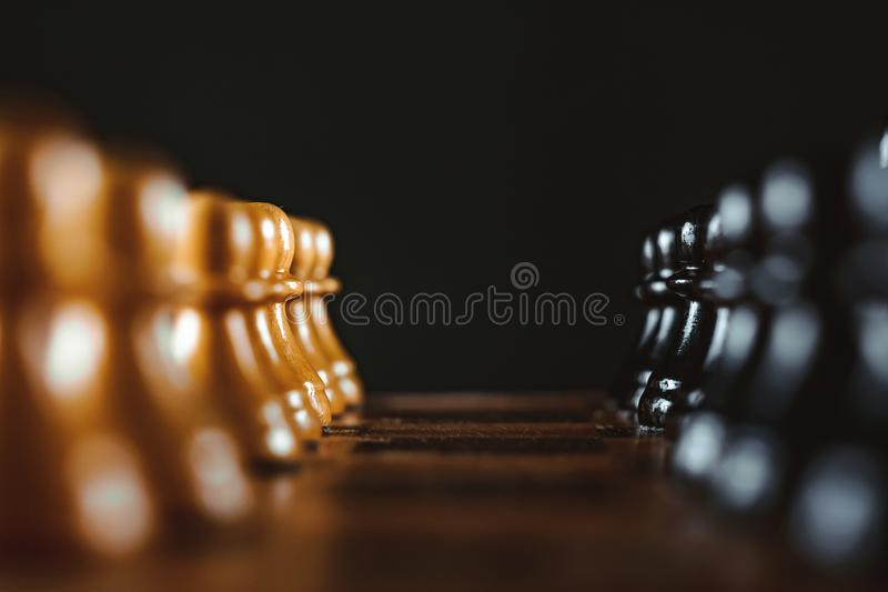 Schachstücke auf dem Vorstand stockfotografie