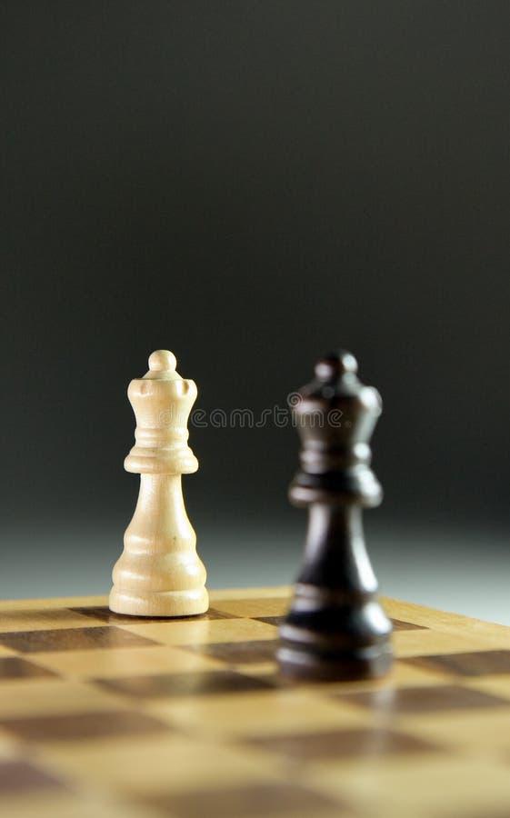 Schachstücke auf Schachbrett stockfoto