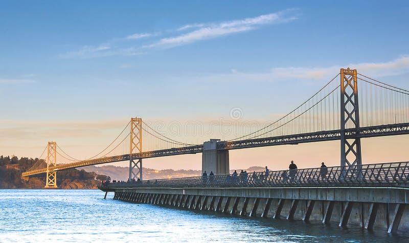 Schacht-Brücke am Sonnenuntergang lizenzfreie stockbilder