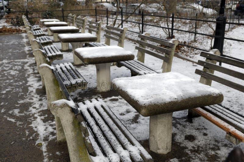 Schachtabellen mit Schnee lizenzfreies stockfoto