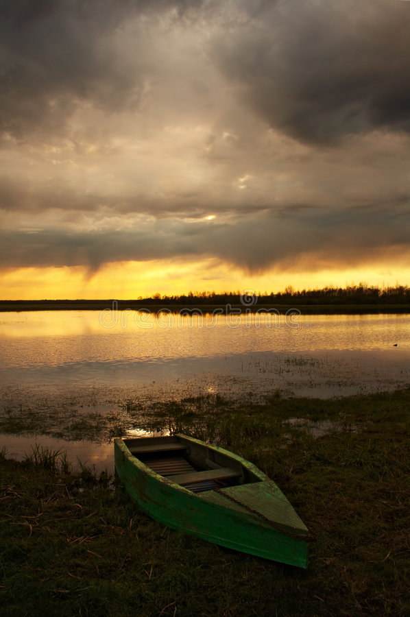 Schachtboote am Sonnenuntergang stockfotos