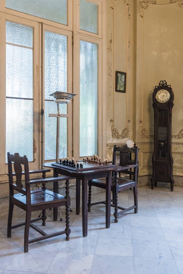 Schachtisch im privaten Landhaus Havana lizenzfreies stockfoto