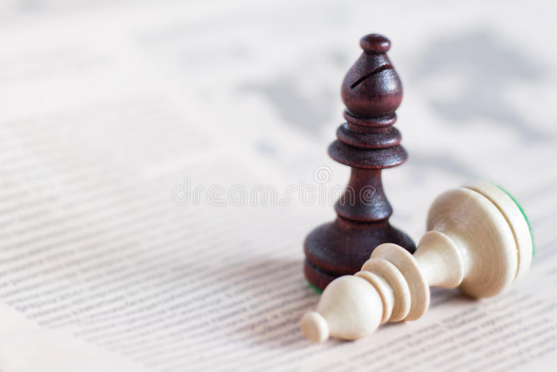 Schachzahl auf Zeitung, Geschäftskonzept - Strategie, Führung, Team und Erfolg, Mann und Frau im Geschäft lizenzfreies stockbild