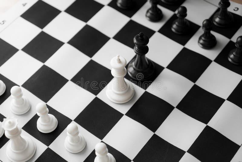 Schack med det svartvita brädet royaltyfria bilder