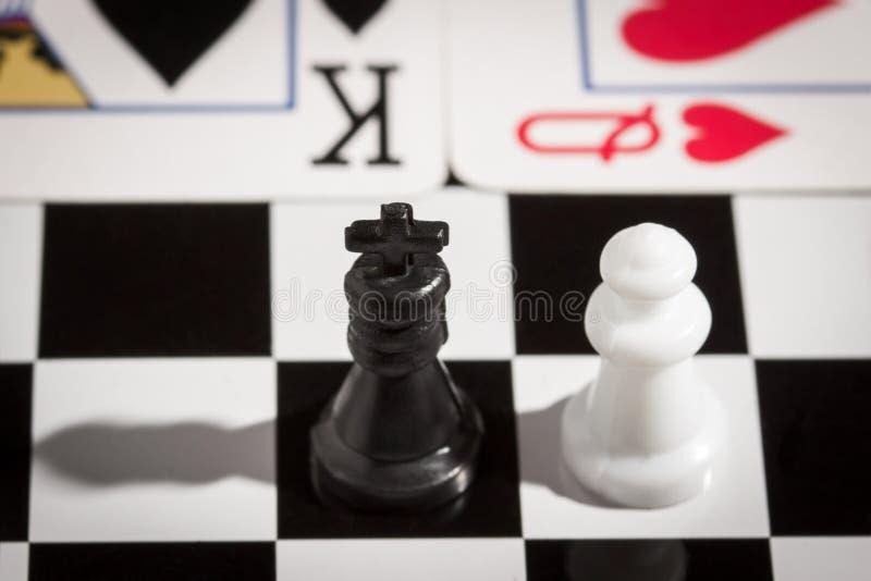 Schack och kortkonung och drottning arkivbilder
