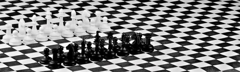 Schack på schackbrädet, konkurrensen och strategin av den intellektuella segern Schack är populär forntida en fientligt inställd  royaltyfria foton