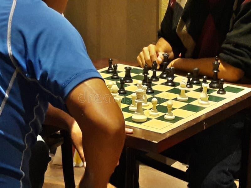 Schack som spelar konkurrens på kaféschackbrädet fotografering för bildbyråer
