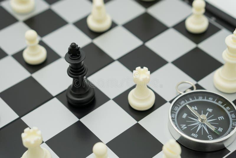 Schackbräde med ett schackstycke på baksidan som förhandlar i affär arkivfoto
