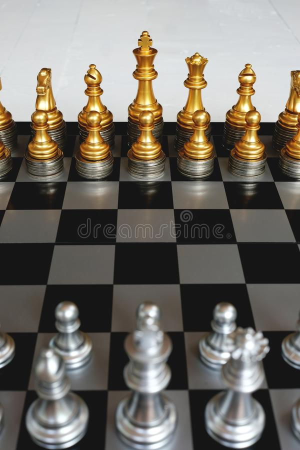 Schackbrädelek, konkurrenskraftigt begrepp för affär, starkt finansiellt huvudfördelsläge mot fiende arkivbilder