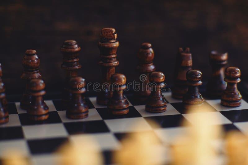 Schackbrädelek, lek som startar, konkurrenskraftigt begrepp för affär arkivfoton