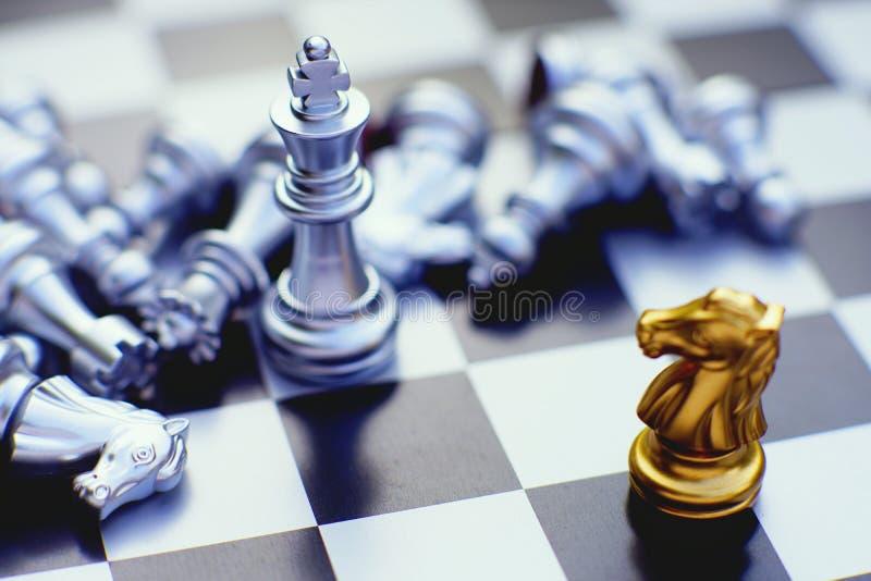 Schackbrädelek, riddaremöten mot konung, konkurrenskraftigt begrepp för affär, kopieringsutrymme royaltyfri foto