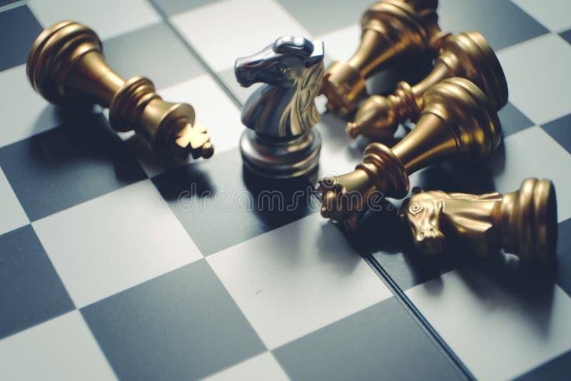 Schackbrädelek Sista riddareställning Vinnare och ledarskapbegrepp Lyckat begrepp för affär fotografering för bildbyråer