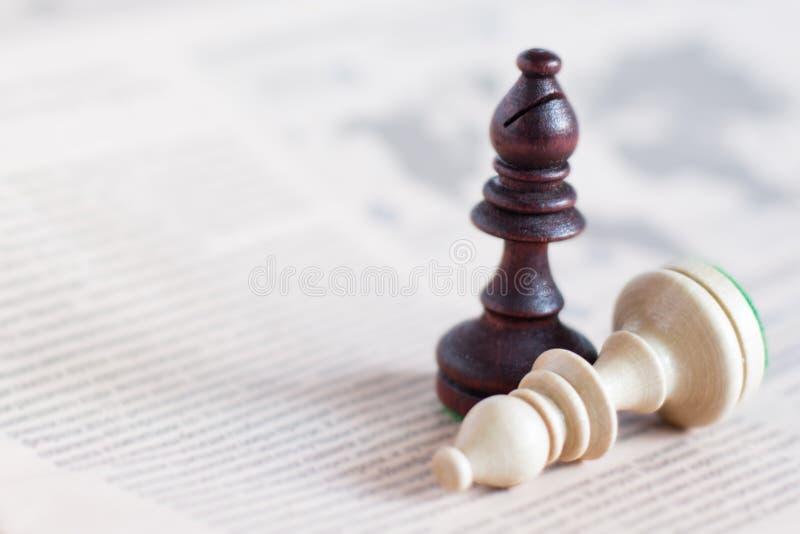Schackdiagram på tidningen, affärsidé - strategi, ledarskap, lag och framgång, man och kvinna i affär royaltyfri bild