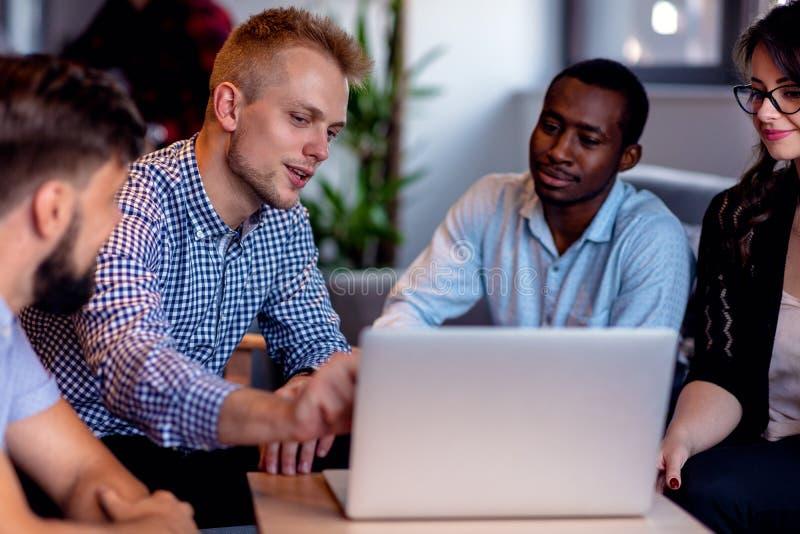 Schacket figurerar bishops Unga idérika coworkers som arbetar med nytt startup projekt i modernt kontor Grupp människor analysera royaltyfri fotografi