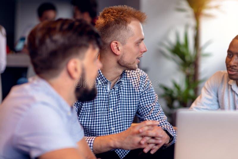 Schacket figurerar bishops Unga idérika coworkers som arbetar med nytt startup projekt i modernt kontor Grupp människor analysera arkivbilder
