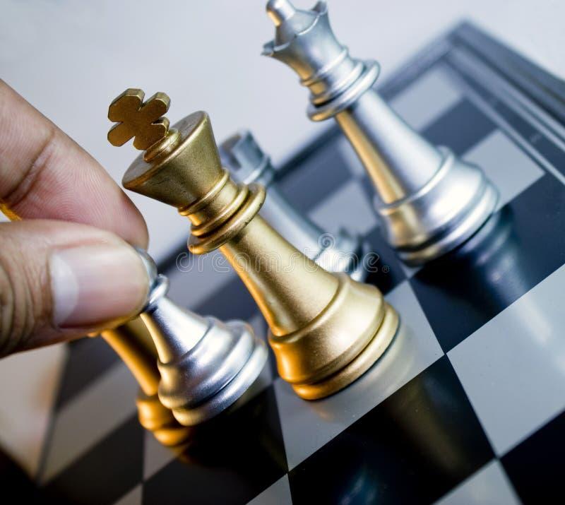 schackflyttningen pantsätter silver arkivbild