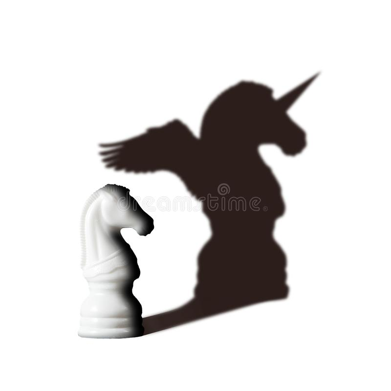 Schackhästen med skugga känner sig som enhörning på vit Visioninre kraftbegrepp arkivbilder